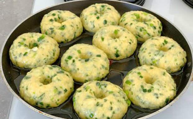 Пончики на замену хлебу. Добавили зелень прямо в тесто и жарим на сковороде