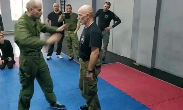 Инструктор спецназа показывает технику ближнего боя: видео тренировки