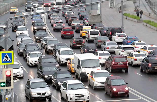 В будний и выходной, в центре и на МКАД: в Москве жалуются на небывалые пробки