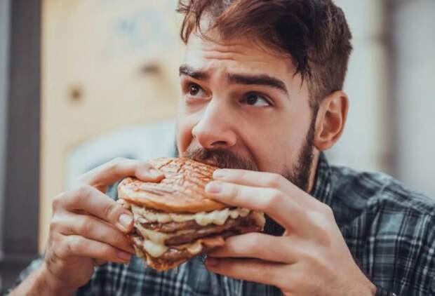 Ребенку врач прописал диету, а отец тащит в дом и ест запрещенную еду: «Я не на диете»