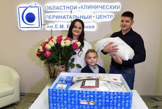 Почти 7500 семей Тверской области получили подарок для новорождённых