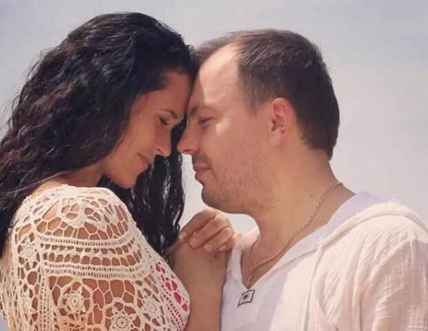 «Еесердце остановилось»: Сумишевский сообщил осмерти жены, скоторой вместе попал вДТП