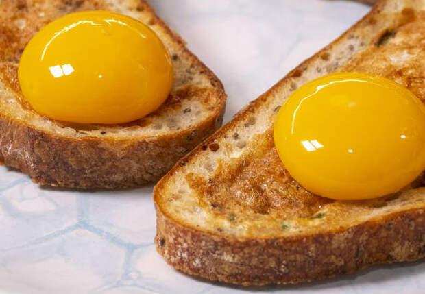 Яичница готова вместе с хлебом: разбиваем желток внутрь и жарим вместе