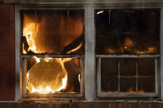 Женщину спасли из загоревшейся квартиры в Удмуртии