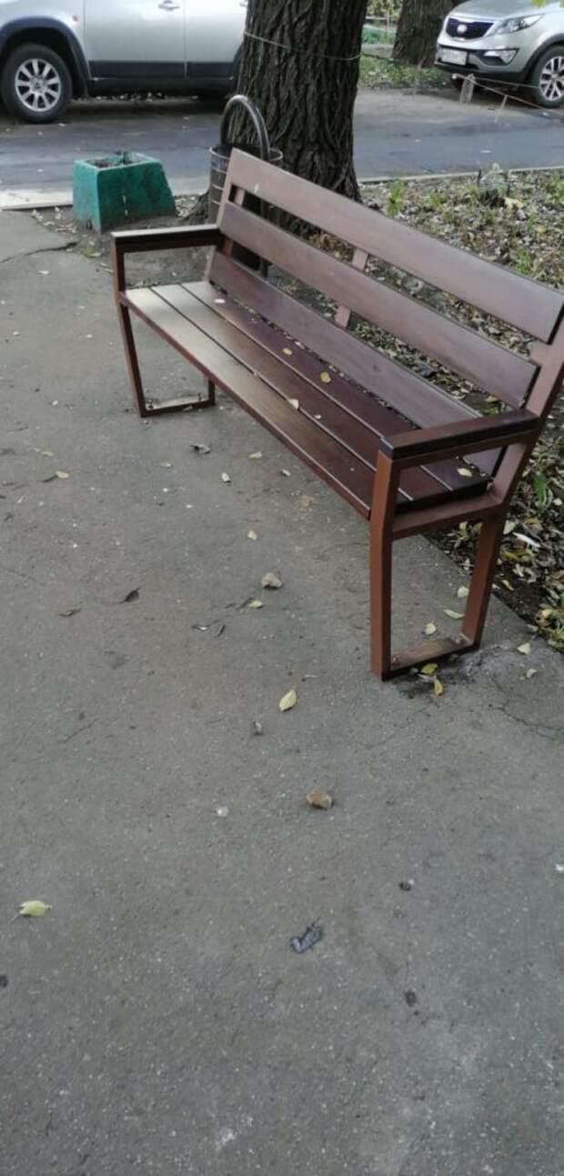 На Батайском проезде установили новые скамейки