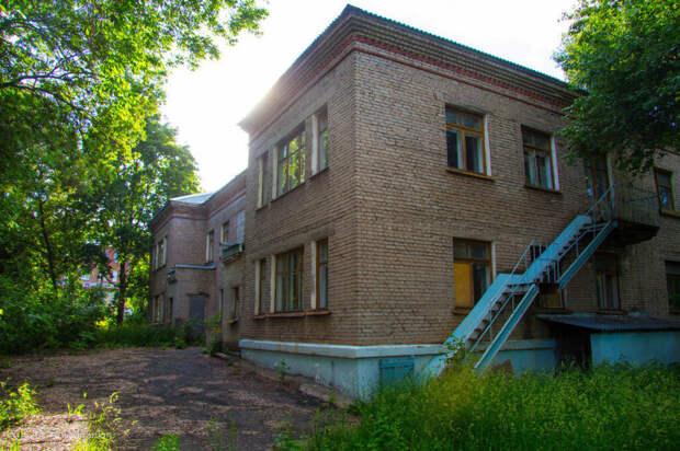 Родители раскритиковали комитет по образованию Петербурга за обветшалые детсады