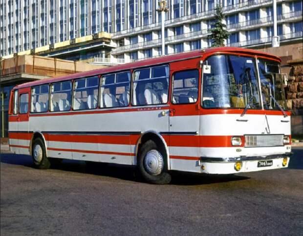 Автобусы ЛАЗ первое время не красили в желтый, так как они предназначались для пригородных рейсов / Фото: twitter.com