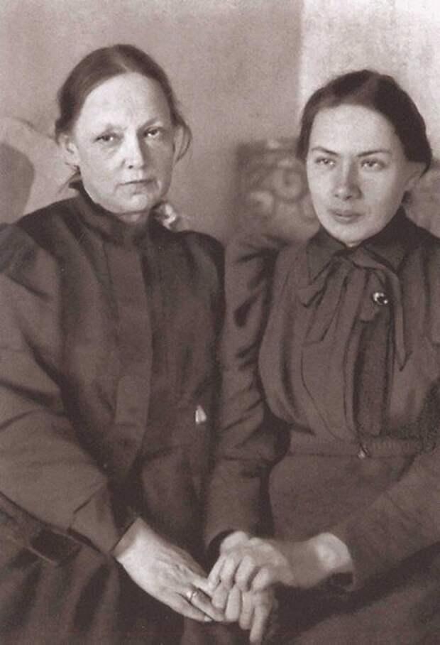 Н. Крупская со своей матерью