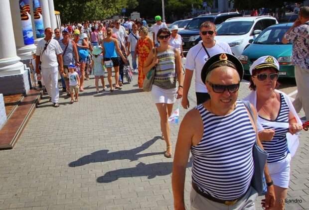 СМИ: в Севастополе запретили продавать тельняшки