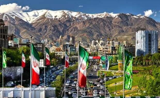 На фото: городской пейзаж иранской столицы Тегерана. На заднем плане - горы Эльбур.