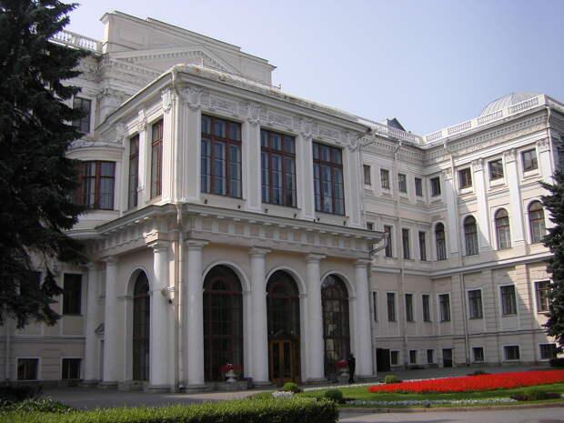 Аничков дворец со стороны Набережной реки Фонтанки. Июль 2013 года.JPG