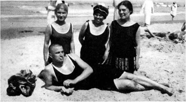 Маяковский на пляже.