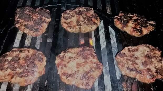 Не стоит нагромождать решетку гриля — это может испортить вкус мяса. /Фото: i0.wp.com