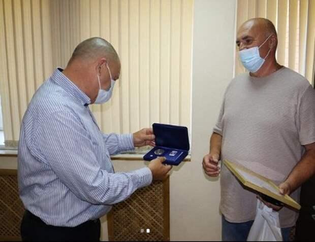 Глава управы наградил семью из Молжаниновского медалью «За любовь и верность»