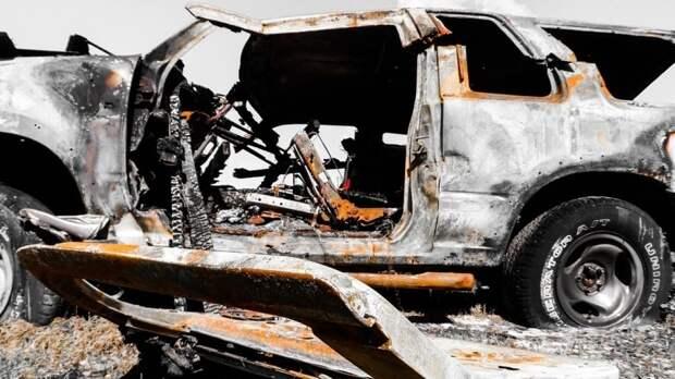 Водитель и два пассажира сгорели в машине из-за аварии в Новосибирске