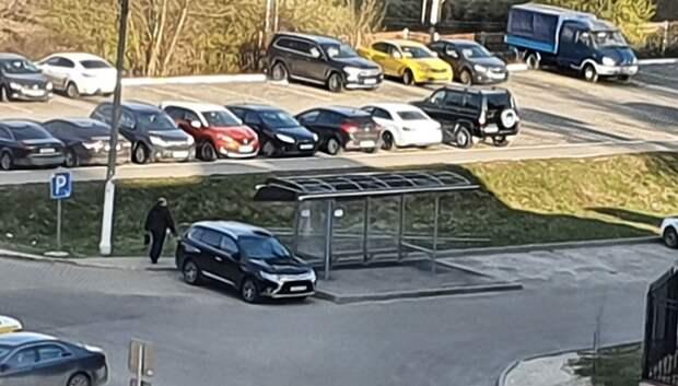 Ветер сорвал крышу остановочного павильона в Подольске