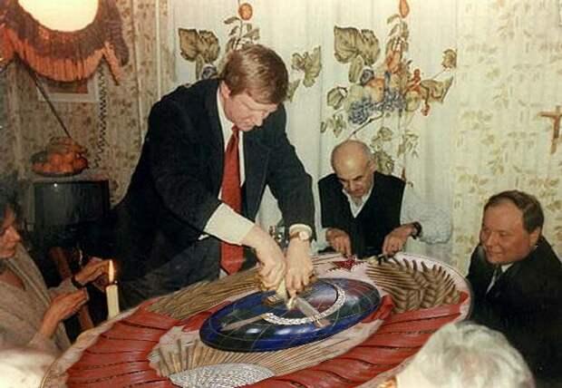 Либерасты символически уничтожают торт в виде герба СССР
