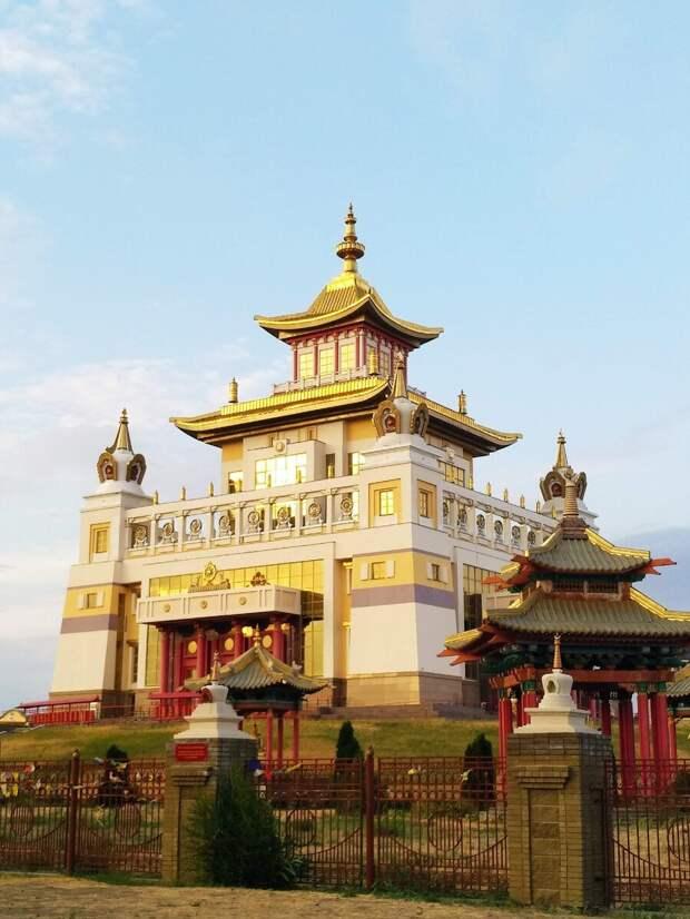 """Буддийский храм в Калмыкии """"Золотая обитель Будды Шакьямуни"""""""