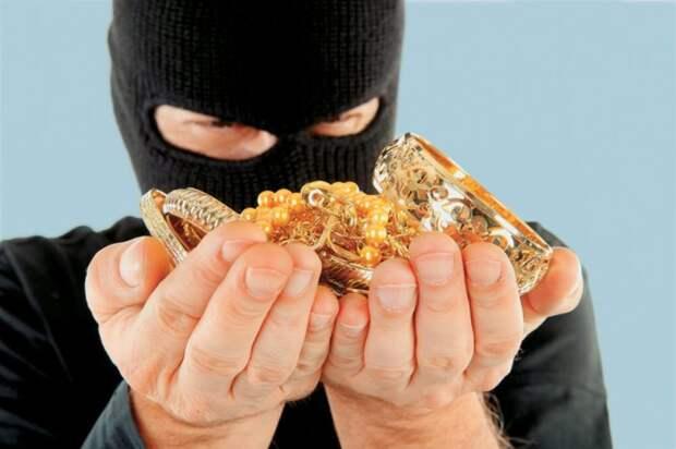 В Петербурге из квартиры пенсионерки украли золото, бриллианты