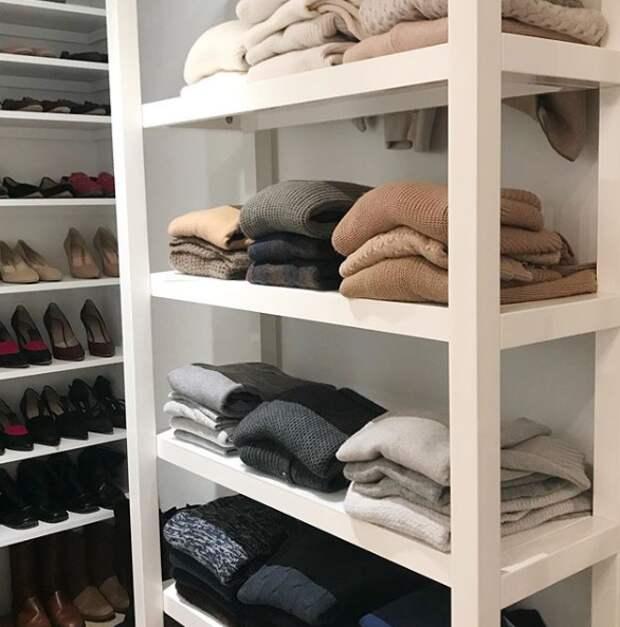 Чёрт ногу сломит: как правильно разбирать одежду в шкафах