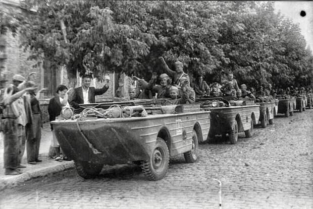 1944-й. жители Молдавии приветствуют советских освободителей на американских амфибиях FORD GPA