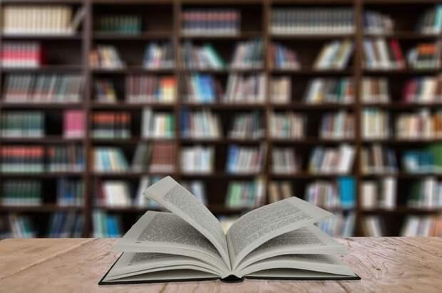 Жители Молжаниновского подарили школьной библиотеке книги