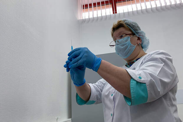Вакцину от COVID-19 «КовиВак» изменят под новые штаммы