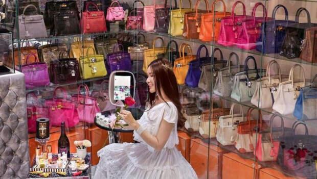 Уберите женщин от экранов: бывшая стюардесса собрала коллекцию сумок Hermès стоимостью 2 миллиона долларов