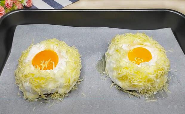 Яичница в духовке как еще раньше не делали. Разделяем желток и белок, а потом добавляем сыр