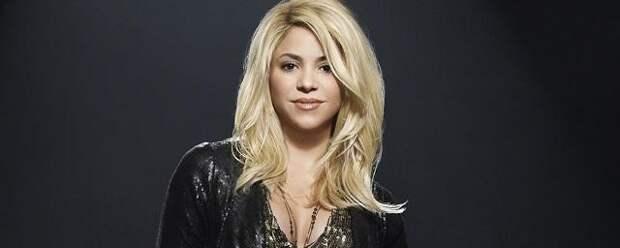 Певица Шакира перекрасила волосы в малиновый цвет