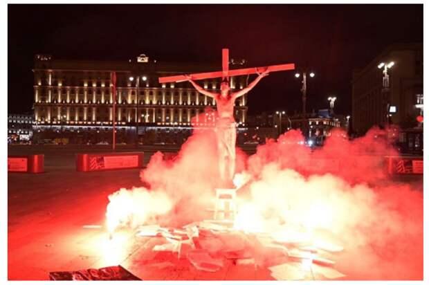 В Москве у здания ФСБ «силовики» подожгли «Иисуса Христа»