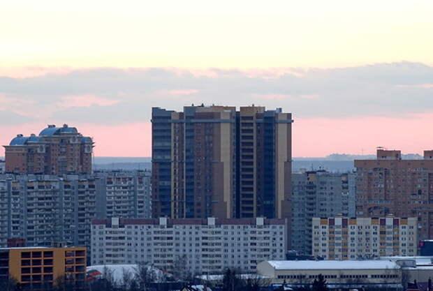 Дом в Одинцово на фоне закатного неба, светлый снимок