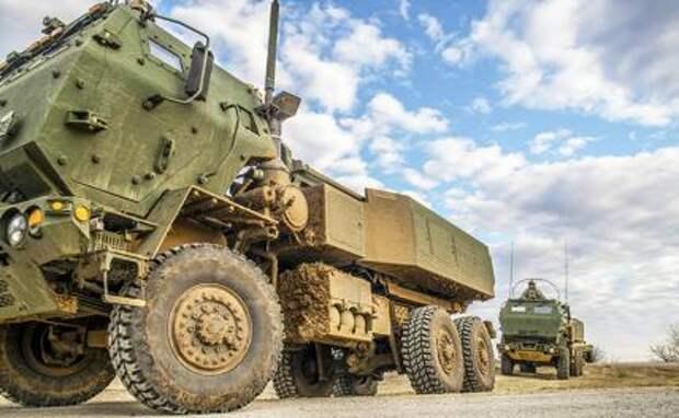 На фото: американская реактивная система залпового огня на колёсном шасси M142 HIMARS