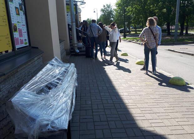 Петербург пирует: ситуация с коронавирусом аховая, а город массово гуляет