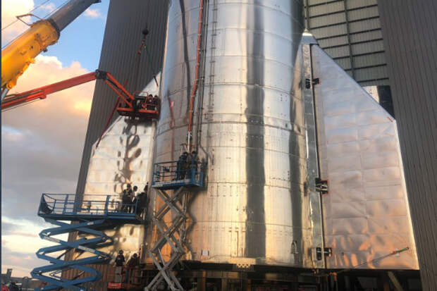 Илон Маск показал фото Starship с оперением для первого полёта