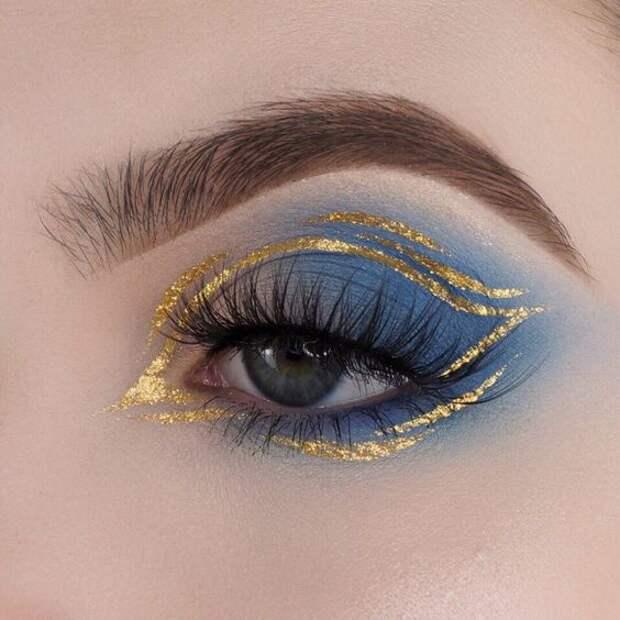 Глаза с макияжем на тему космоса