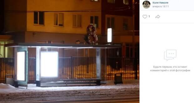 Фото дня: праздничное украшение остановки на улице 8 Марта