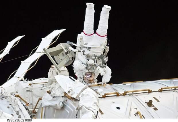 Космонавт Дубров поймал улетевшую деталь в открытом космосе