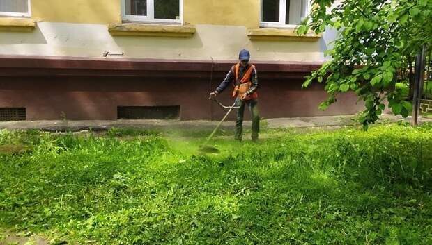 Коммунальщики провели окос травы по ряду адресов в микрорайоне Подольска