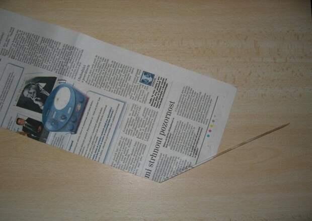 Простая корзинка из газетных трубочек