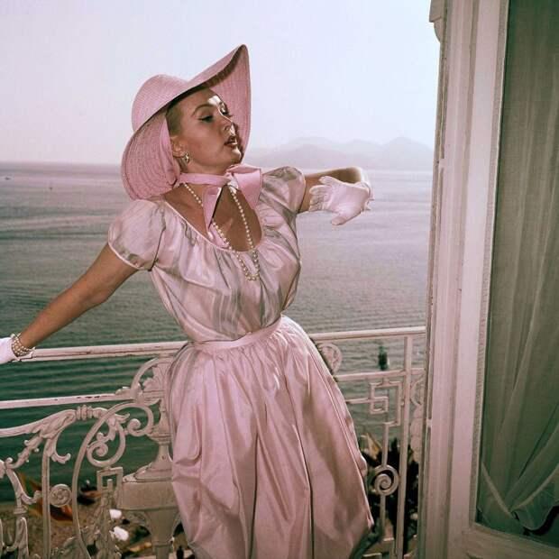 Актриса Жа Жа Габор позирует на балконе в отеле в в Каннах, 1959 год.