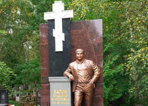 Россияне возмутились из-за бронзового памятника на могиле вора в законе Вагона