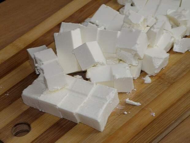 Брынзу нарезать крупными кубиками. пошаговое фото этапа приготовления греческого салата