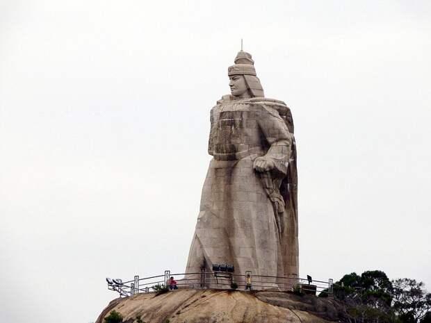 Статуя Чжэн Чэнгуна на острове Гуланъюй.