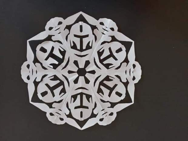 Новогодняя снежинка с мини Йодой и мандалорцем