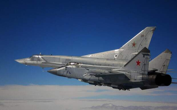 Истребитель-перехватчик МиГ-31 и сверхзвуковой дальний ракетоносец Ту-22М3