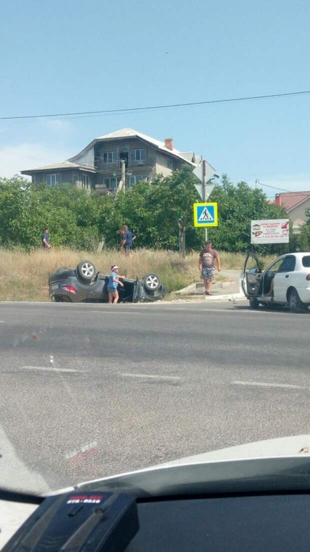ДТП в Севастополе: на трассе перевернулся автомобиль (ФОТО)