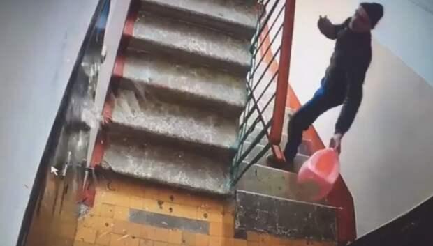 Подольчанин обливал дверь соседа неизвестной жидкостью из детского горшка