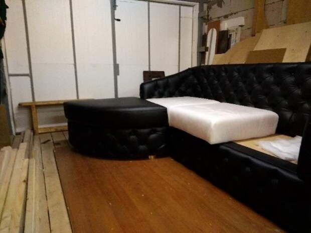Процесс изготовления диванчика в каретной стяжке в стиле Честер