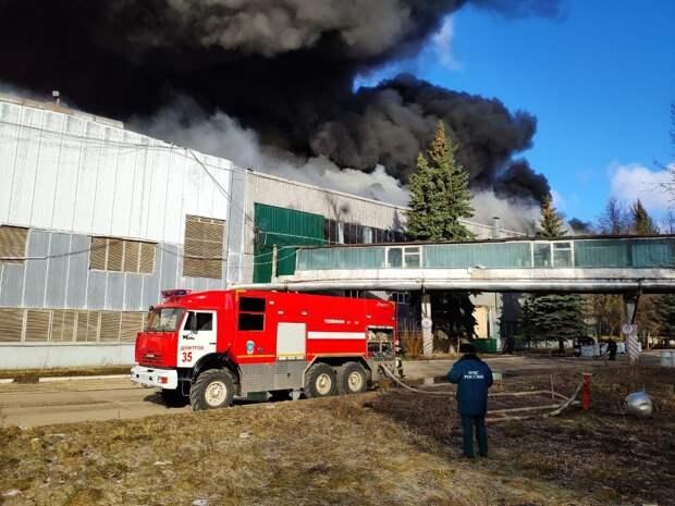 В подмосковном Дмитрове тушат пожар на складе алюминиевого завода